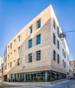 04 Banque CERA HQ pierre de comblanchien ROCAMAT Photo SimonVanRanst